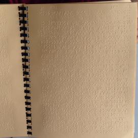Εικόνα:3 Σελίδα με γραφή Braille.Φαίνεται το ανάγλυφο που δημιουργείται