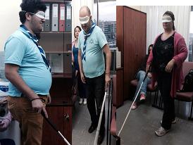 Εικόνα: 4 Μέλη του Δικτύου φορώντας μάσκες ύπνου και κρατώντας λευκό μπαστούνι, προσπαθούν να προσανατολιστούν και να κινηθούν στο χώρο